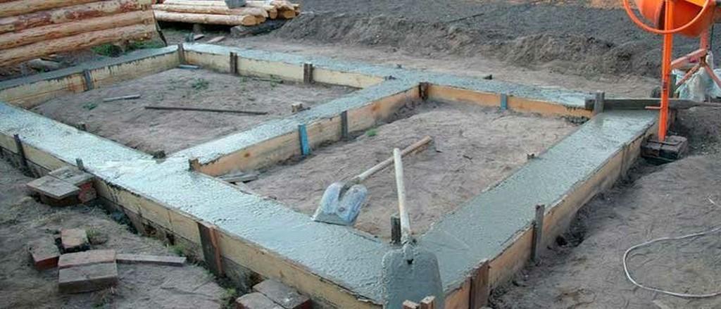 Заливка бетонной смесью ленточный фундамент под баню