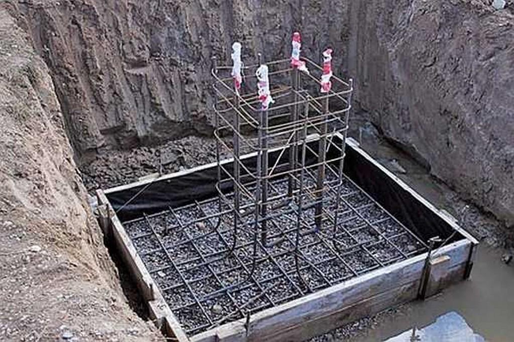 Формирование выпуска и подушки фундамента под забор
