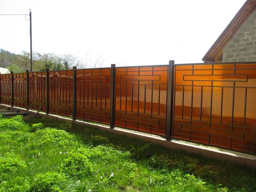 Забор из поликарбоната с сочетанием металла