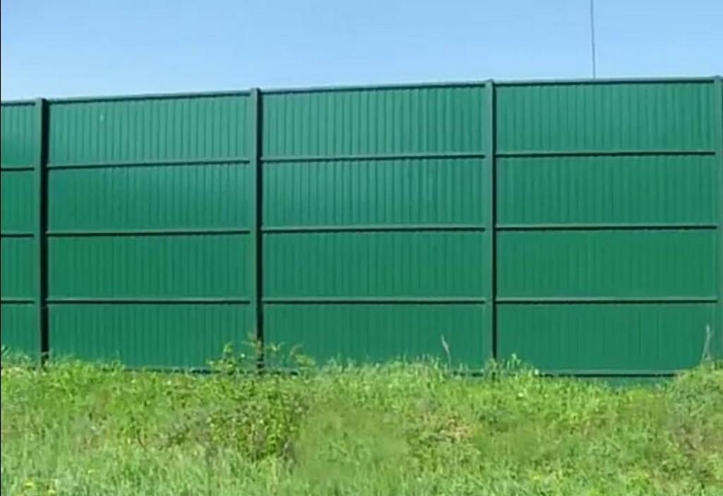 Забор из профлиста с металлическими столбами